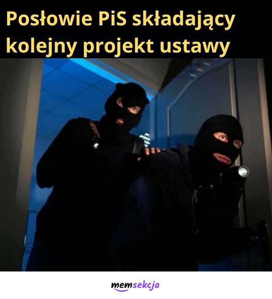 Posłowie PiS składający projekty w nocy. Memy. Pis. Ustawa