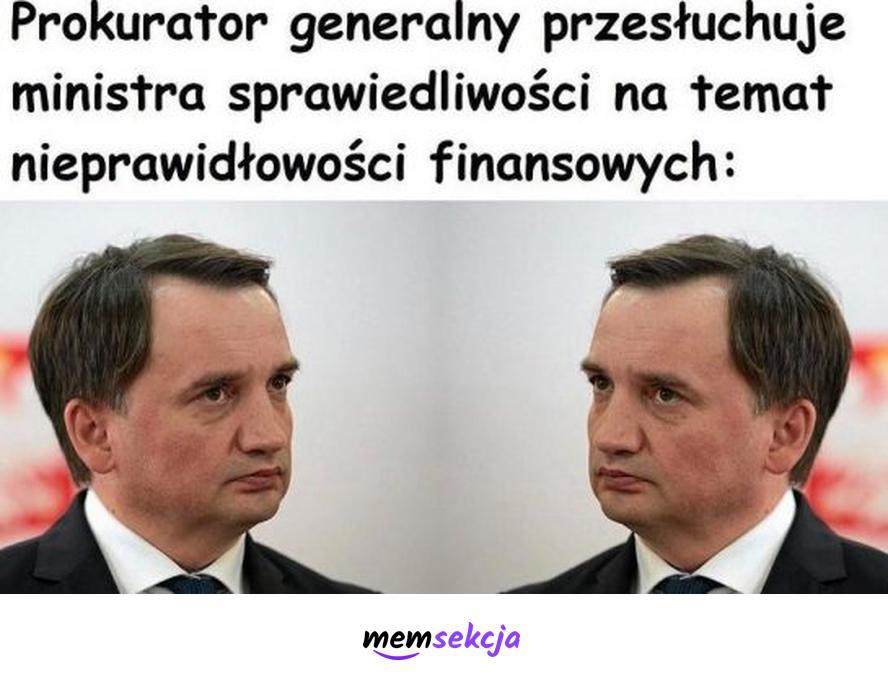 Prokurator generalny przesłuchuje ministra sprawiedliwości. Memy polityczne. Zbigniew  Ziobro. Prokuratura