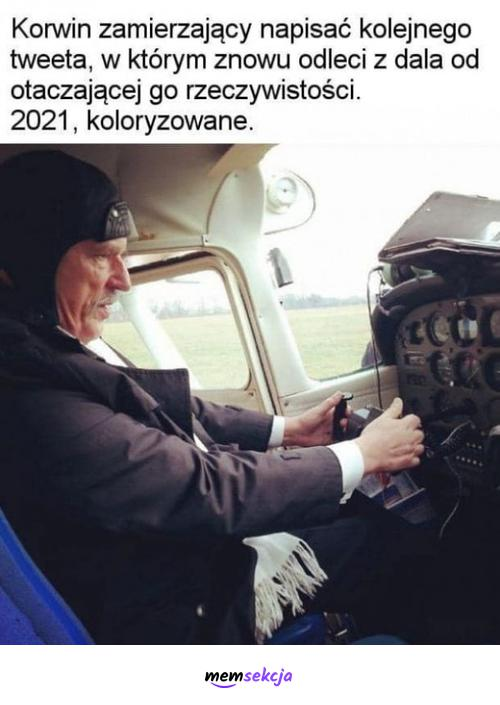 Korwin zamierzający napisać kolejnego tweeta. Memy polityczne. Janusz  Korwin  Mikke. Twitter
