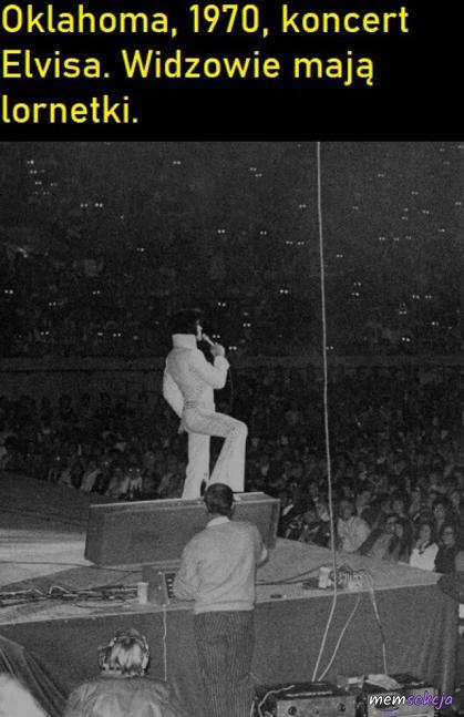 Widzowie mają lornetki na koncercie Elvisa. Ciekawostki. Koncert