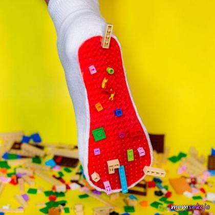 Zabezpieczenie stóp przed klockami lego