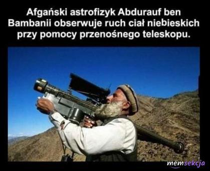 Afgański astrofizyk obserwuje ruch ciał niebieskich