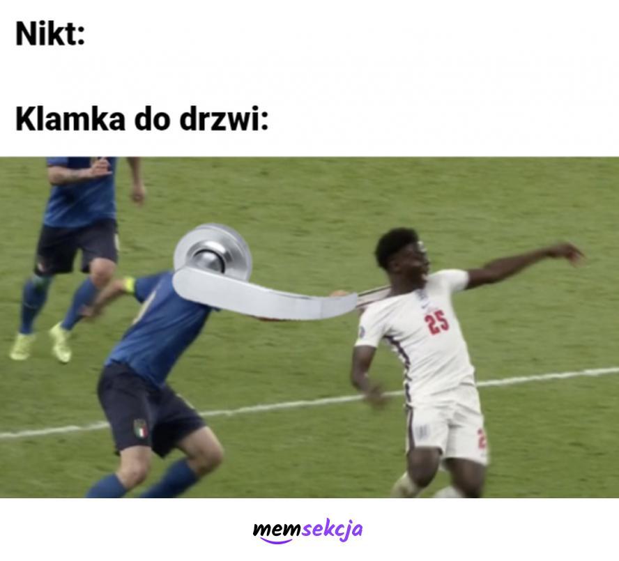 Klamka do drzwi łapie za koszulkę. Memy. Euro2020