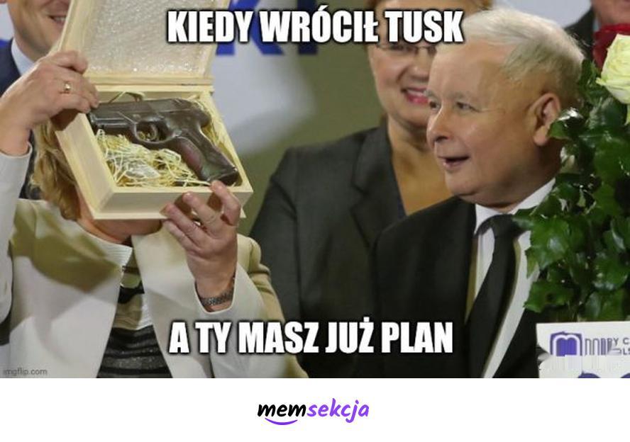 Kaczyńskiego plan na Tuska. Memy polityczne. Jarosław  Kaczyński. Donald  Tusk. Pistolet