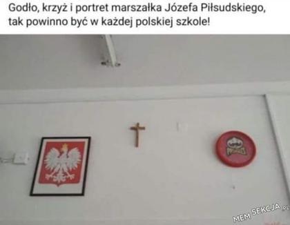 Godło, krzyż i portret marszałka Piłsudskiego
