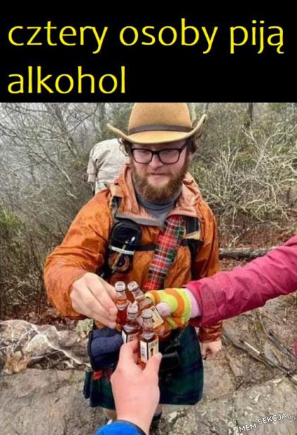 Cztery osoby piją alkohol