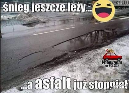 Śnieg jeszcze leży, a asfalt już stopniał. Śmieszne. Zima. Śnieg. Polska. Asfalt