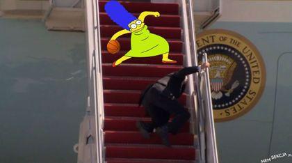 Marge Simpson okiwała Bidena na schodach