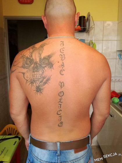 Świetny tatuaż na plecach